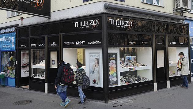 Maskiertes Duo überfällt Juweliergeschäft in Wien (Bild: APA/HERBERT PFARRHOFER)