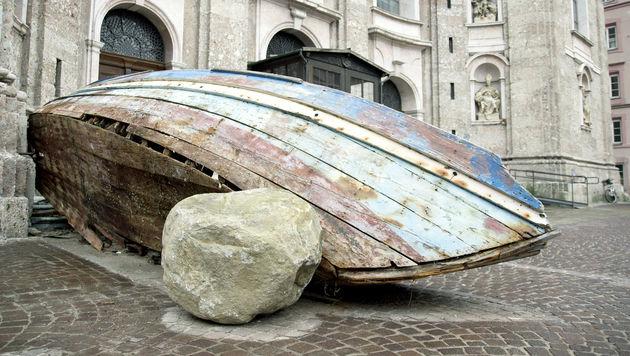Zerschelltes Boot als Mahnmal vor Innsbrucker Dom (Bild: APA/DIÖZESE INNSBRUCK/HÖLBLING)
