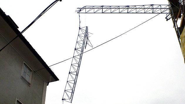 Ohnmachtsanfall: Kranführer aus 30 m Höhe gerettet (Bild: APA/BF SALZBURGd)