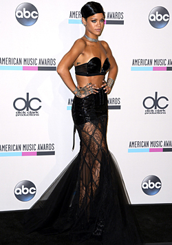 Was gibt's wohl unter Rihannas Kleidchen zu sehen? (Bild: EPA)