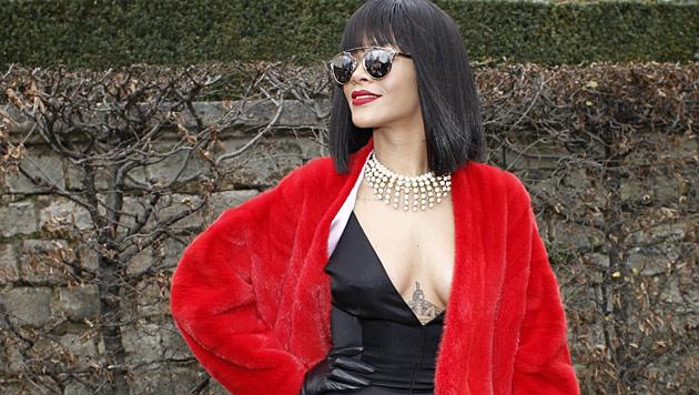 Was gibt's wohl unter Rihannas Kleidchen zu sehen? (Bild: AP)