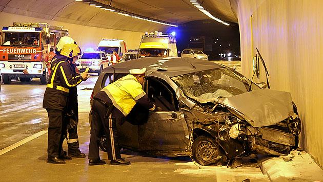 Auto prallt gegen Tunnelwand - Lenker tot (Bild: Markus Tschepp)