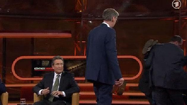 Mann stürmt während Günther Jauchs Talkshow Bühne (Bild: ARD)