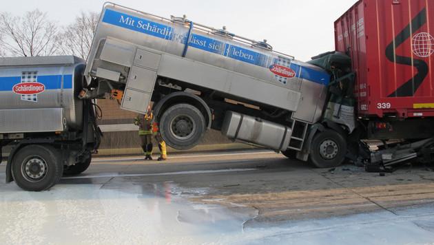 6.000 Liter Milch bei Unfall auf A2 ausgeflossen (Bild: Berufsfeuerwehr Graz)