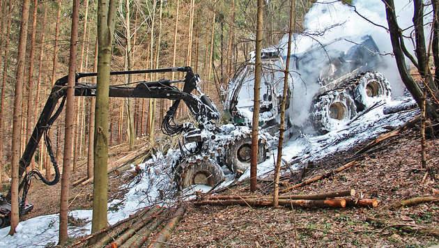 Forstmaschine und Kaufhausdach standen in Brand (Bild: APA/FEUERWEHR WIES)