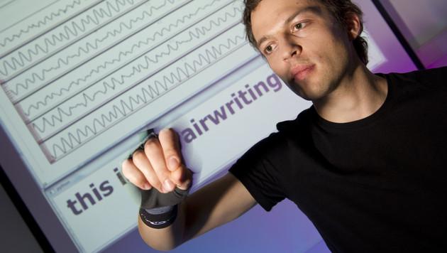 Schreiben in der Luft und allein reisende Koffer (Bild: kit.edu)