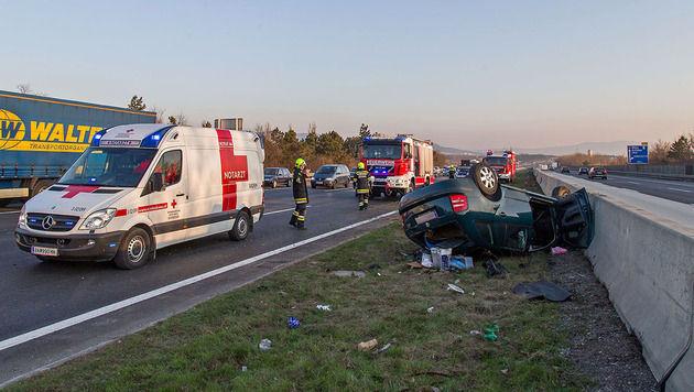 Pkw überschlug sich auf A2 mehrmals - 1 Verletzter (Bild: Stefan Schneider/Pressestelle BFK Baden)
