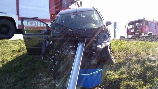 Zwei Leichtverletzte bei Kollision von Zug mit Pkw (Bild: FF Freidorf)