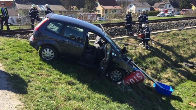 Zwei Leichtverletzte bei Kollision von Zug mit Pkw (Bild: FF Frauental)