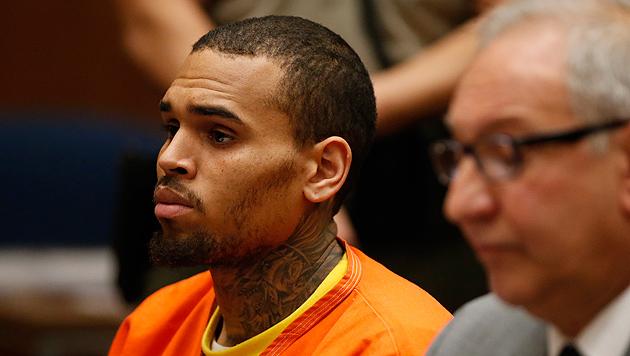 Chris Brown muss bis Ende April hinter Gitter (Bild: AP)