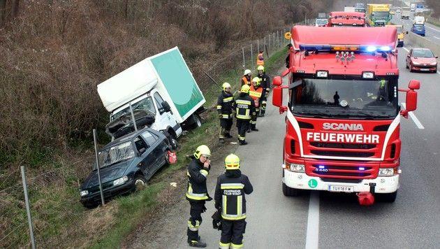 Mit Pkw gegen Klein-Laster geprallt - 1 Verletzter (Bild: Stadtfeuerwehr Tulln)