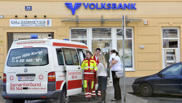 Räuber versprüht bei Banküberfall Pfefferspray (Bild: APA/HANS PUNZ)