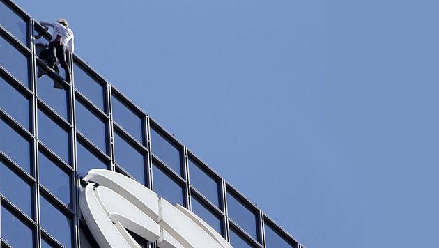 """""""Spiderman"""" erklimmt 186-Meter-Bürohaus in Paris (Bild: AFP)"""
