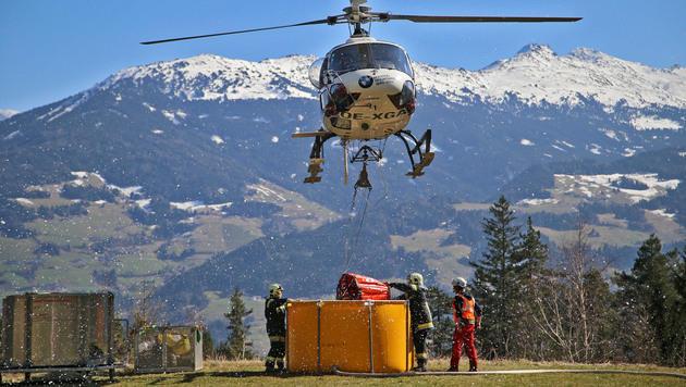 Waldbrand in Tirol: Kampf gegen Glutnester (Bild: Christof Birbaumer)