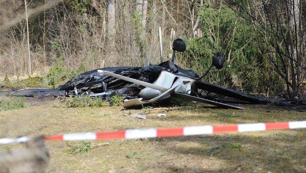 Flugzeug stürzt in Wald und explodiert: Zwei Tote (Bild: APA/SIEGFRIED ULLRICH)
