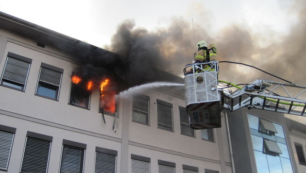Flammen loderten aus Technikzentrum in Graz (Bild: BF Graz)