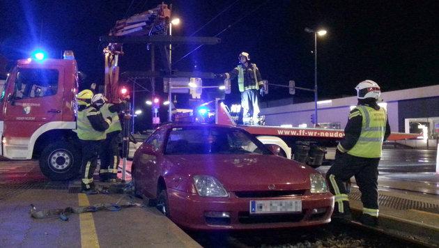 Auto landet auf Gleisen der Badener Bahn in NÖ (Bild: APA/FF Wiener Neudorf)
