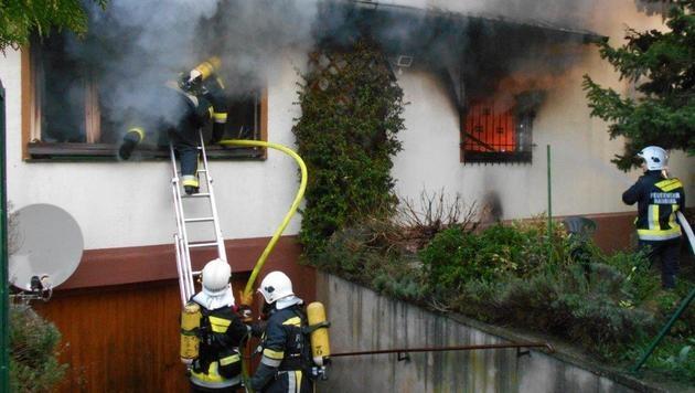Feuerwehr rettet Mann in NÖ vor Flammentod (Bild: Einsatzdoku.at)
