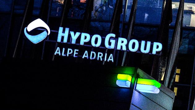 """Hypo-""""Rettung"""": Haben sich Spekulanten bereichert? (Bild: APA/BARBARA GINDL, krone.at-Grafik)"""