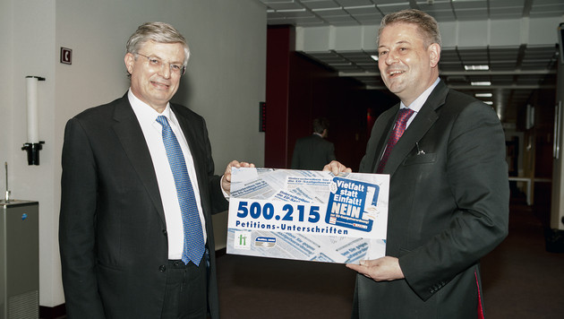 """Krone""-Saatgut-Petition an EU-Kommissar übergeben (Bild: Lebensministerium)"