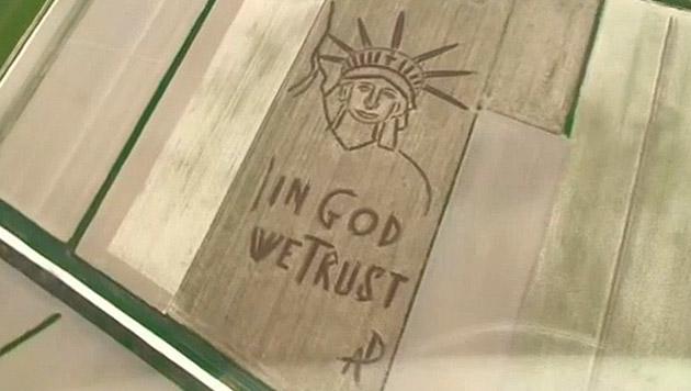 """Künstler """"malt"""" mit Pflug Freiheitsstatue in Feld (Bild: Zoom.in)"""