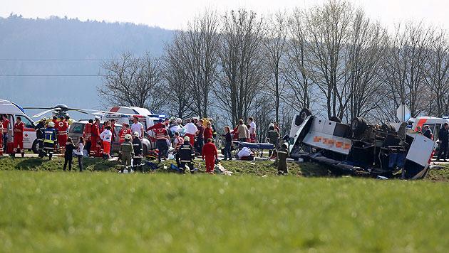 Nach Schulbusunfall: Ermittlungen gegen Lkw-Fahrer (Bild: APA/DANIEL SCHARINGER)