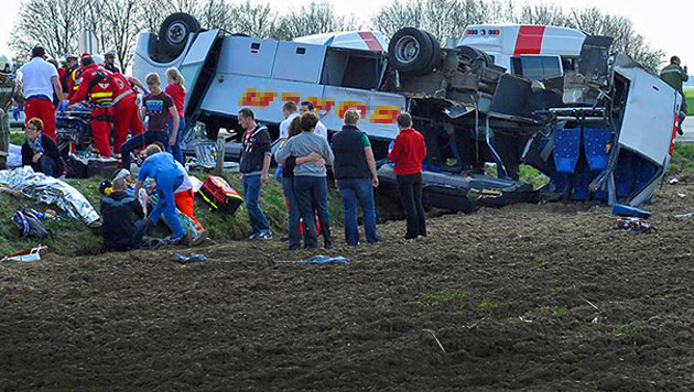Schulbusunfall: Lkw-Lenker war von Handy abgelenkt (Bild: APA/MANFRED FESL, krone.at-Grafik)