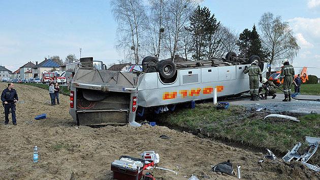 Schulbusunfall: Lkw-Lenker war von Handy abgelenkt (Bild: APA/MANFRED FESL)