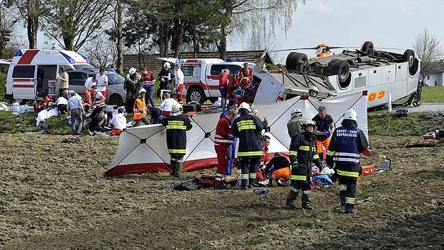 Zwölfjähriger stirbt nach Schulbusunfall im Spital (Bild: APA/MANFRED FESL)