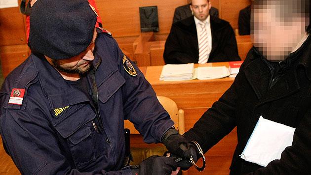 23-Jähriger ermordete Ehefrau: Lebenslange Haft (Bild: APA/ROLAND MUEHLANGER)