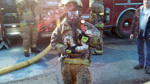 Feuerwehrmann rettet Python aus brennendem Haus (Bild: AP)