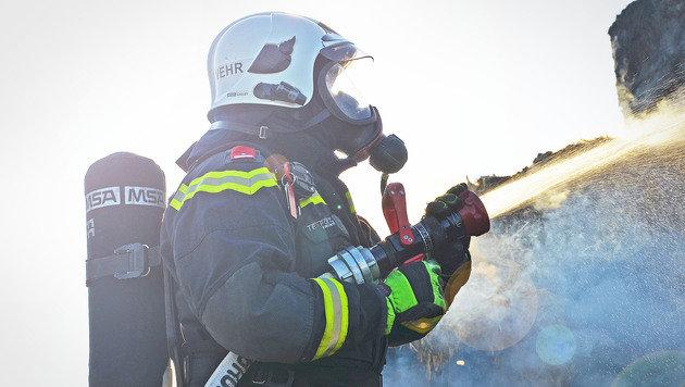 Strohballen standen in NÖ in Flammen (Bild: BFK Mödling)