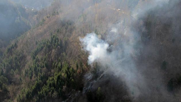 Waldstück in Vorarlberg stand in Flammen (Bild: APA/LPD Vorarlberg)