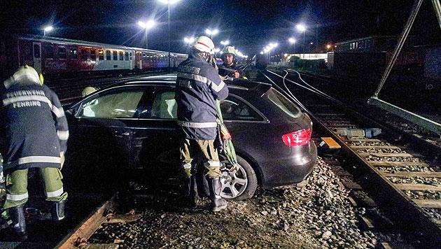 Alkolenker hob mit Auto ab und landete auf Gleisen (Bild: FF Fehring)