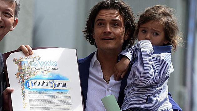 Flynn stiehlt Papa Orlando Bloom frech die Show (Bild: APA/EPA/MICHAEL NELSON)