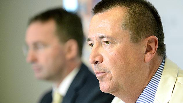 Chefinspektor Ernst Hoffmann, im Hintergrund Polizeipräsident Gerhard Pürstel (Bild: APA/ROLAND SCHLAGER)