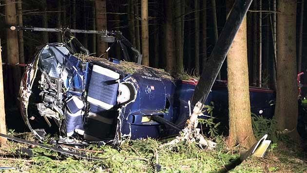 Das Wrack des abgestürzten Hubschraubers in einem Waldstück in Kirchham (Bild: APA/Werner Kerschbaummayr/foto-kerschi.at)
