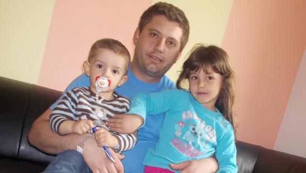 Eset Kosumi mit seinen Kindern (Bild: Jasmin Gaderer)