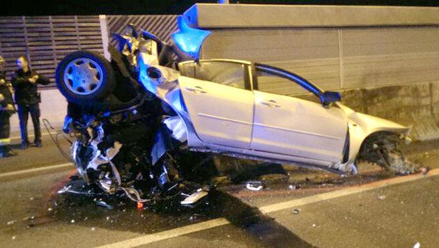 Mit Auto gegen Betonleitwand geprallt - Lenker tot (Bild: APA/FEUERWEHR KLOSTERNEUBURG)