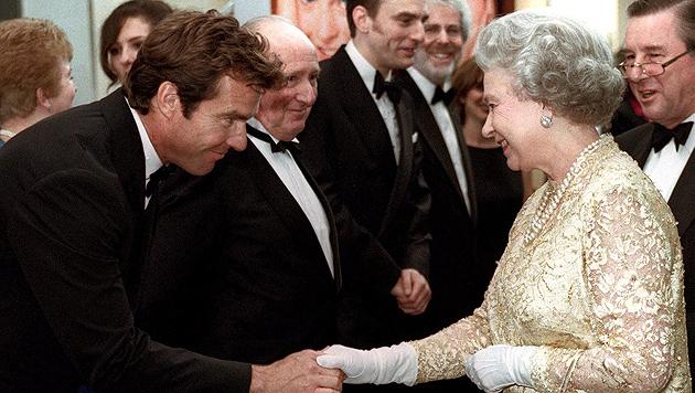 Treffen mit der Queen bei einer Filmpremiere in London 1998 (Bild: Michael Crabtree/EPA/picturedesk.com)