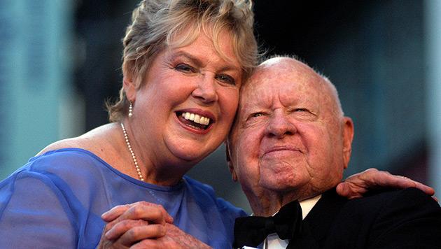 Streit um Erbe und Begräbnis von Mickey Rooney (Bild: AP)