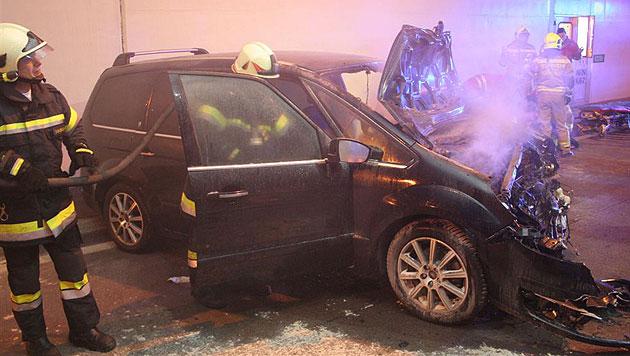 Verletzter Lenker rettet sich aus brennendem Auto (Bild: APA/MICHAEL ZÖGER/FF KORNEUBURG)