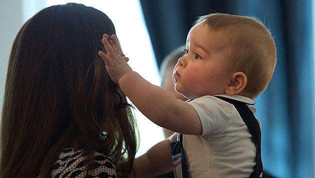 George spielt, winkt und knabbert an Mamas Haaren (Bild: APA/EPA/MARTY MELVILLE, AP)