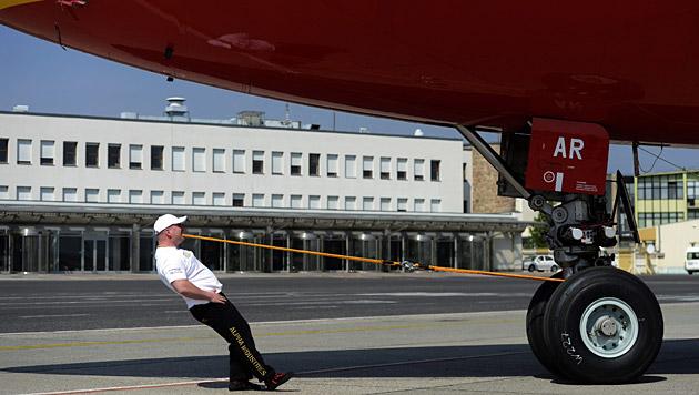 Ungar zieht 90-t-Airbus mit den Zähnen 26 m weit (Bild: APA/EPA/TAMAS KOVACS)