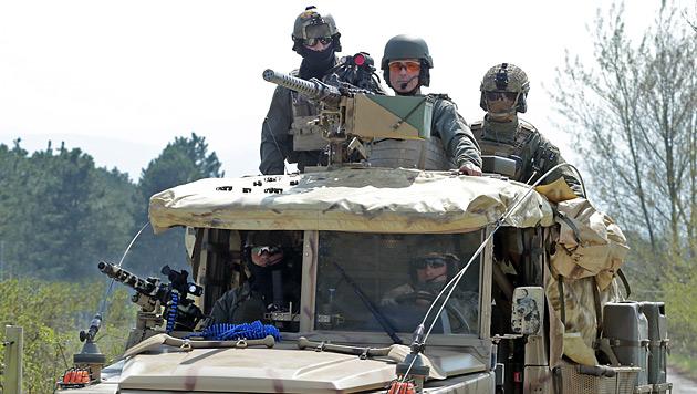 Verteidigungsminister Klug (hinter dem Maschinengewehr) bei einem Besuch des Jagdkommandos 2013. (Bild: Klemens Groh)