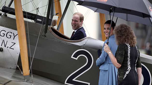 Herzig! Kate bespaßt in Neuseeland Baby (Bild: AP)