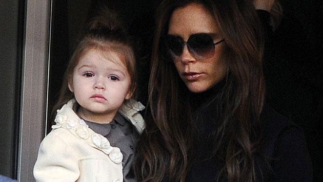 Süß! Töchterchen Harper Seven ist Victoria Beckhams ganzer Stolz. (Bild: ETIENNE LAURENT/EPA/picturedesk.com)