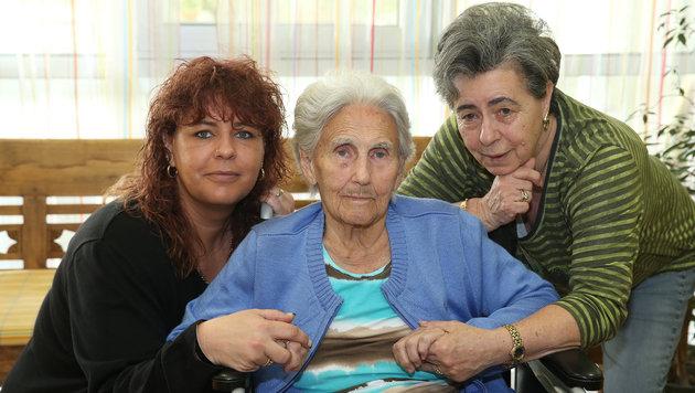 Elfi R. (85) erholt sich von den Strapazen, Tochter Elfriede und Enkelin Gabriele unterstützen sie. (Bild: Peter Tomschi)