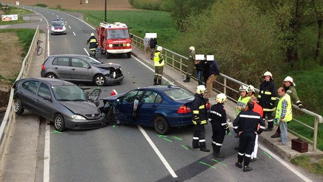 Vier Menschen bei Autounfall teils schwer verletzt (Bild: APA/FF PREDING/GEORG TEPPERNEGG)