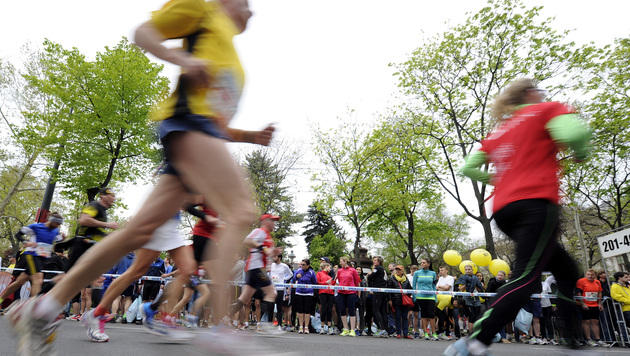600.000 feierten Marathon der Rekorde in Wien (Bild: APA/HERBERT PFARRHOFER)
